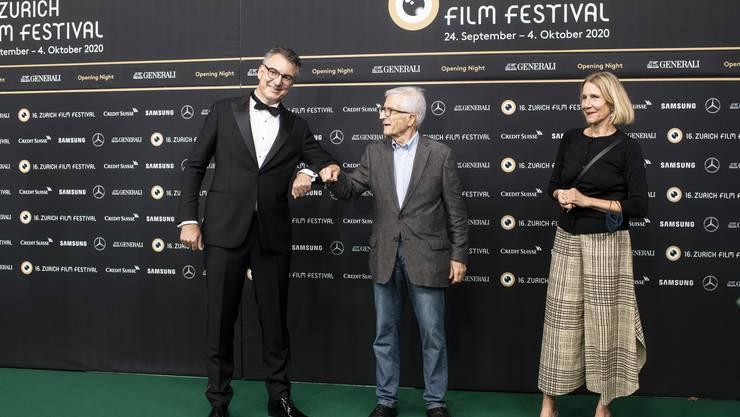 Rolf Lyssy (Mitte) an der Eröffnung des Zurich Film Festival zusammen mit Direktor Christian Jungen.