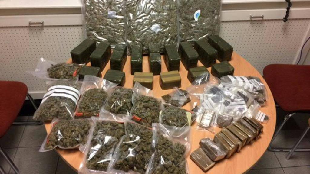 Die Genfer Polizei entdeckte die 22 Kilogramm Haschisch bei der Hausdurchsuchung eines Ladens.
