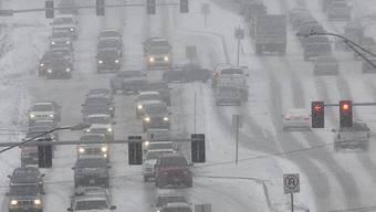 Schneebedeckte Dodge Street in Omaha, Nebraska