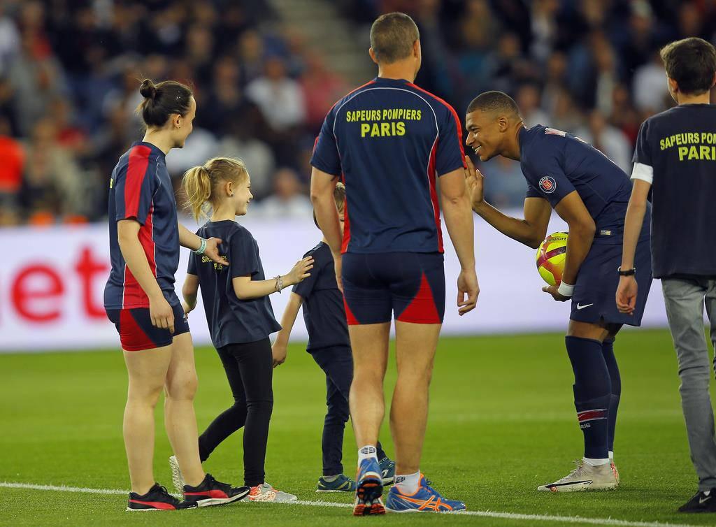 Dreifach Torschütze Kylian Mbappé begrüsste einige Kinder der Feuerwehrleute vor dem Spiel. (© Keystone)
