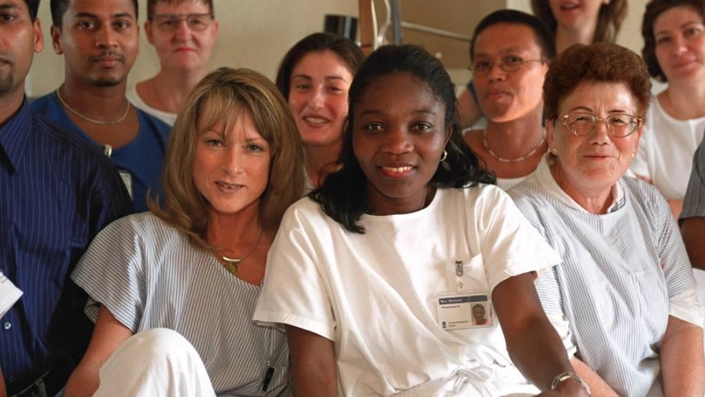 Angestellte des Unispitals in Zürich aus zehn verschiedenen Ländern. Sie wissen: Immigrierte mit niedrigem Bildungsstand und damit verbunden niedrigem Sozialstatus haben signifikant mehr Gesundheitsprobleme als Gebildete ohne Geldsorgen. (Symbolbild)