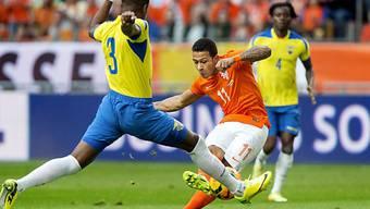 Der Holländer Memphis Depay gegen Ecuadors Frickson Erazo