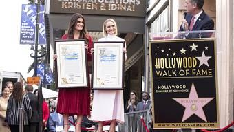 Doppelter Hollywood-Stern: Die US-Schauspielerin Kristen Bell (Mitte) und die Musical-Darstellerin Idina Menzel (links) sind in Hollywood ausgezeichnet worden.