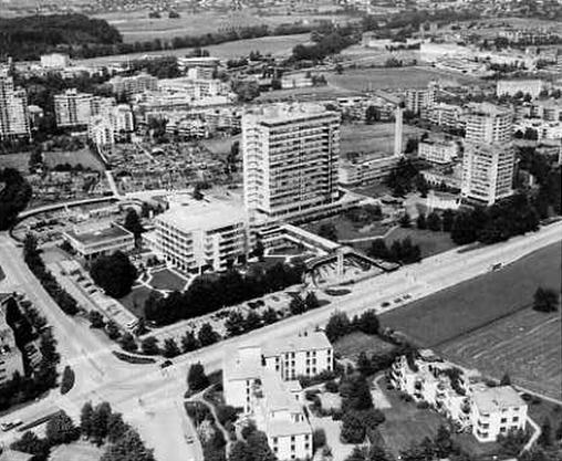 Links neben dem Hochhaus des Spitals Limmattal kam hier noch des Pflegeheim hinzu