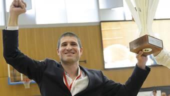 Trainer Ivan Rudez feiert mit den Genfern den Meistertitel