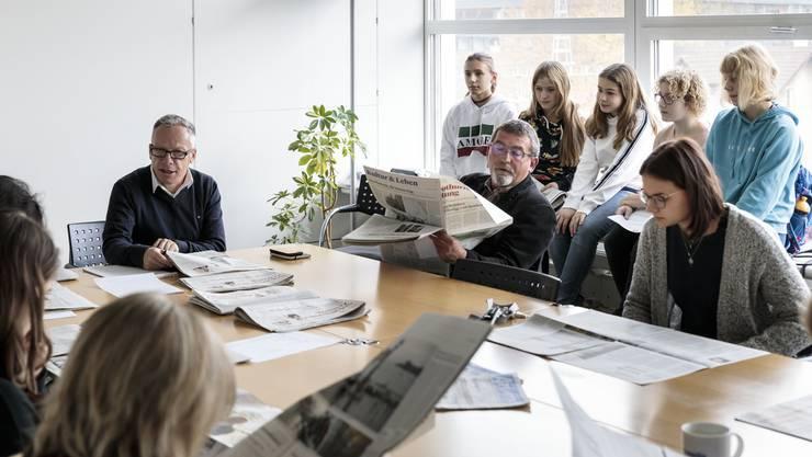 Die fünf Besucherinnen durften an der Redaktionssitzung am Morgen einen ersten Einblick in den Alltag eines Journalisten erhalten.