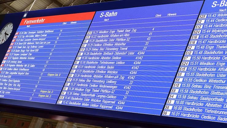 Fahrplanwechsel: Die Abfahrtstafel der Züge im Zürcher Hauptbahnhof zeigt am Sonntag neue Abfahrtszeiten an. Es lohnt sich, vor einer Zugreise einen Blick auf den neuen Fahrplan zu werfen. (Archiv)