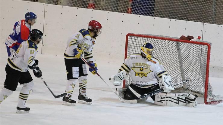 Limmattals Goalie Thomas Gebistorf wird von Bülachs Moser zum 0:2 erwischt.