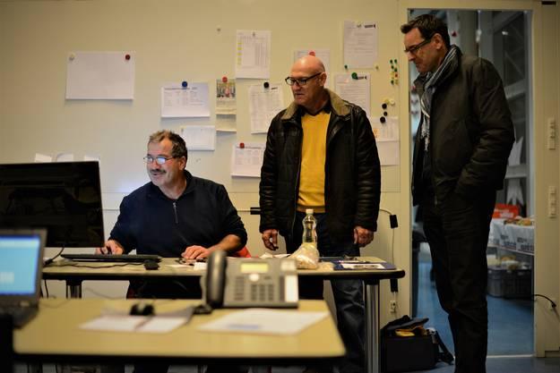 2.15 Uhr, Feierabend: Disponent Ueli Windisch nimmt die Einnahmen von Steve Bärtschi und Dominik Wyss entgegen (von links).