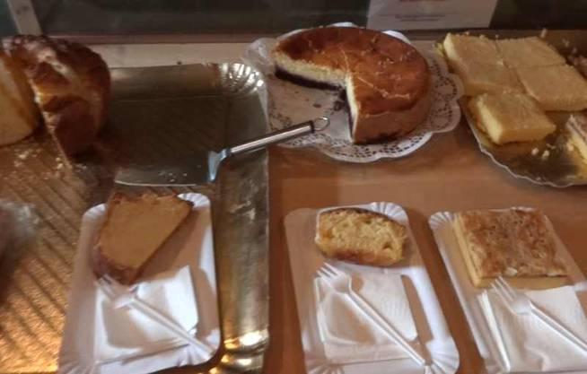 Kuchenbuffet mit herrlichem Gebäck im Kaffi Fürenand in Wölflinswil