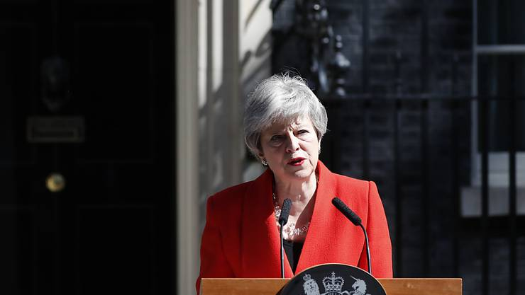 Die britische Premierministerin Theresa May kündigt ihren Rücktritt vor ihrem Amtssitz, der  10 Downing Street in London, an.