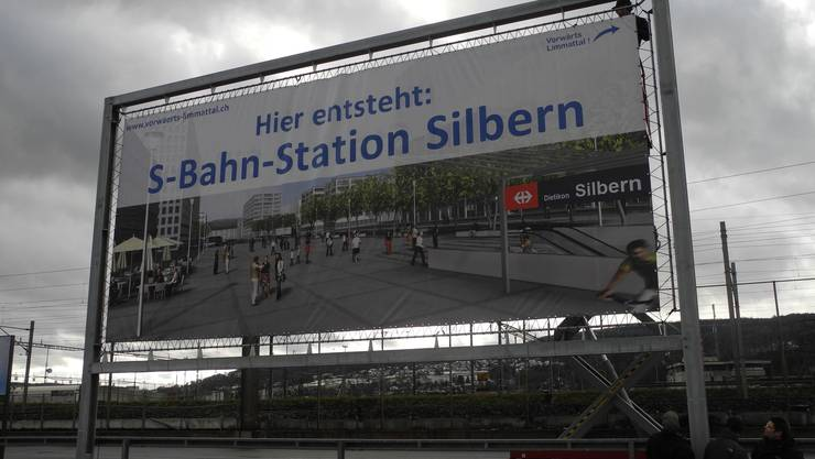 Das Plakat steht an der Stelle, wo dereinst die S-Bahn-Station gebaut werden soll