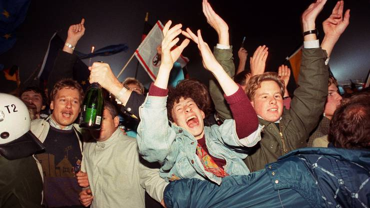 Rund eine Million Menschen feierten in Berlin wie hier auf der Strasse 'Unter den Linden' in der Nacht zum 3. Oktober 1990 die wiedergewonnene deutsche Einheit.