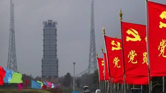 Flaggen der Kommunistischen Partei Chinas an der Straße zum Startplatz des Kosmodroms Wenchang. Foto: Mark Schiefelbein/AP/dpa