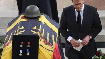 Karl-Theodor Guttenberg nimmt Abschied von gefallenen Soldaten