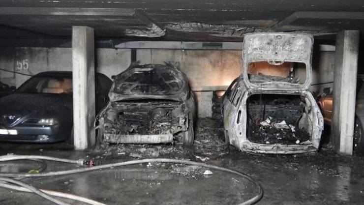 Zwei Autos brannten aus. 50 weitere Fahrzeuge wurden von Rauch und Russ beschädigt.