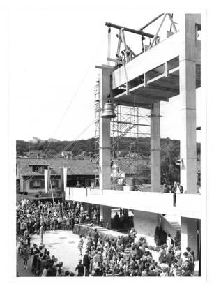 Juni 1968: Eine der insgesamt vier Glocken ist bald im Glockenstuhl verankert.