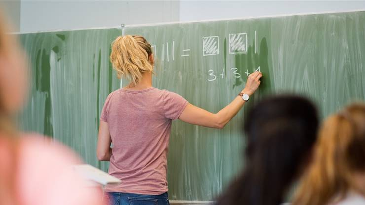 Bisher werden den 220 Volksschulen im Aargau jedes Jahr eine genaue Zahl von Lektionen für bestimmte Aufgaben zugeteilt. (Symbolbild/Keystone)