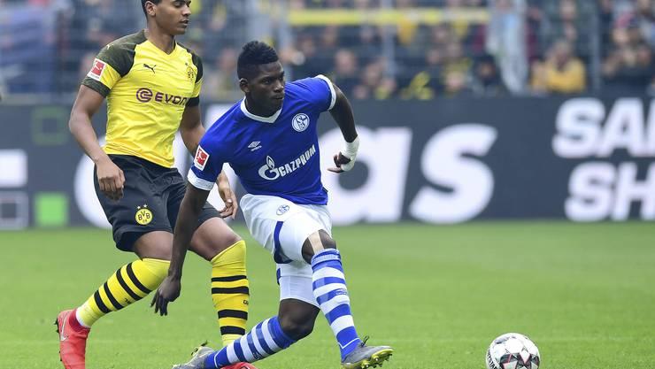 Breel Embolo hatte bei Schalke 04 selten einfache Zeiten. In seinem letzten Ruhrpott-Derby konnte er aber gegen Borussia Dortmund seinen Freund und Nati-Kollegen Manuel Akanji gewinnen. Bild: Freshfocus.