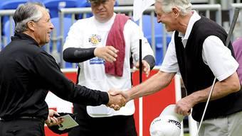 Gary Player gratuliert seinem Mitspieler Sir Bob Charles (rechts)