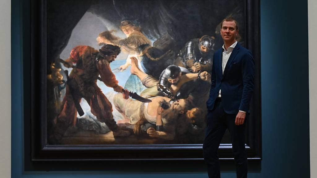 Philipp Demandt, Direktor des Städel Museums, vor dem Gemälde «Die Blendung Simsons (1636)» von Rembrandt. Foto: Arne Dedert/dpa - ACHTUNG: Nur zur redaktionellen Verwendung im Zusammenhang mit der aktuellen Berichterstattung über die Ausstellung