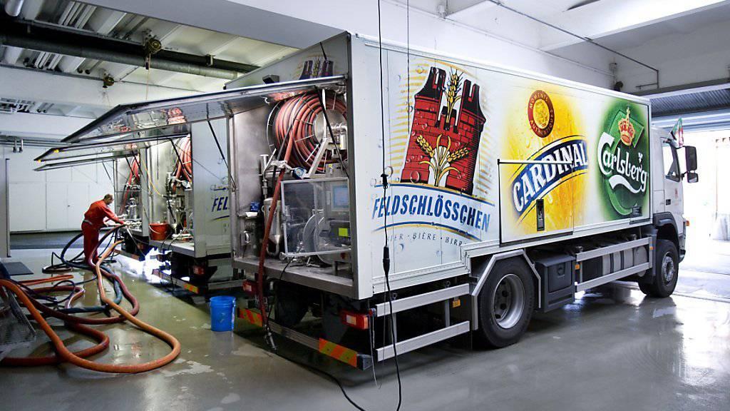 Ein Mitarbeiter der Brauerei Feldschlösschen in Rheinfelden füllt einen Tankwagen mit Bier: Die Brauerei, die zur dänischen Carlsberg-Gruppe gehört, kommt in der Schweiz auf einen Marktanteil von 43 Prozent.