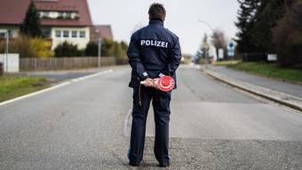 Bald auch bei uns? Ein Polizist kontrolliert die Einhaltung der Ausgangssperre im bayrischen Mitterteich.