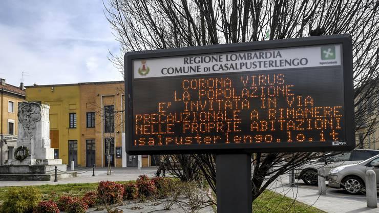 Mit diesem Hinweis hält die Regierung von Casalpusterlengo in Norditalien die Bevölkerung an, zuhause zu bleiben.