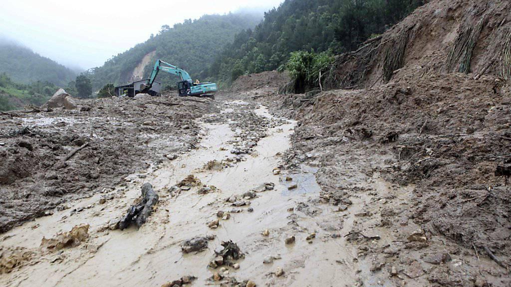 Bei schweren Unwettern mit Erdrutschen in Vietnam sind zahlreiche Menschen ums Leben gekommen.