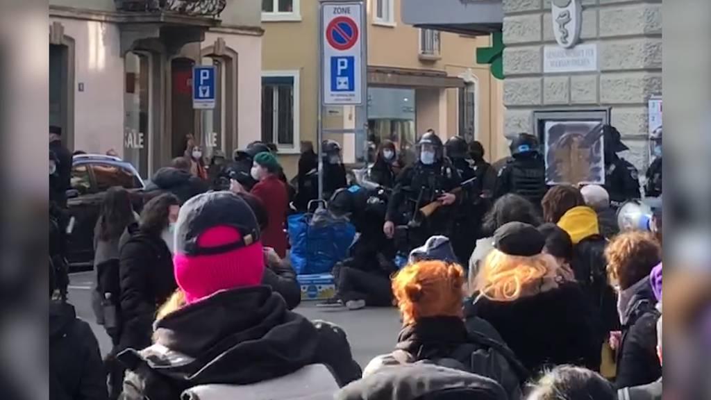 Frauen demonstrieren in Zürich gegen Polizeigewalt