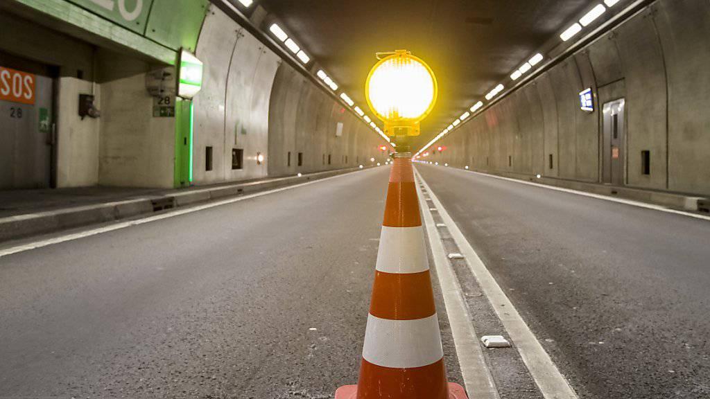 Glück im Unglück in der Röhre: Ein Autofahrer kommt im Gotthard-Strassentunnel auf die Gegenfahrbahn. (Archivbild)