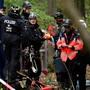 Die deutsche Polizei räumt in der Nacht auf Donnerstag ein Protestcamp von Braunkohlegegnern im Hambacher Forst. (Archivbild)