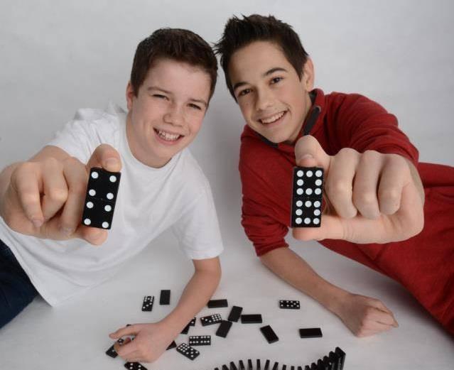 Jonas und Daniel mit 13 Jahren. (© Swiss Domino Effect/Facebook)
