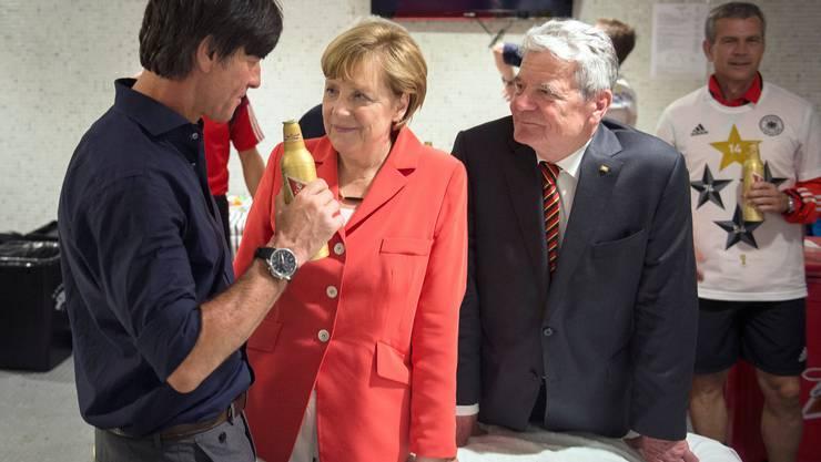 Der deutsche Nati-Trainer im Gespräch mit Kanzlerin Angela Merkel und Bundespräsident Joachim Gauck.