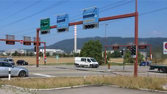 Ein Kreisel soll die Lichtanlage am Verkehrsknoten in Eiken ersetzen.Dennis Kalt