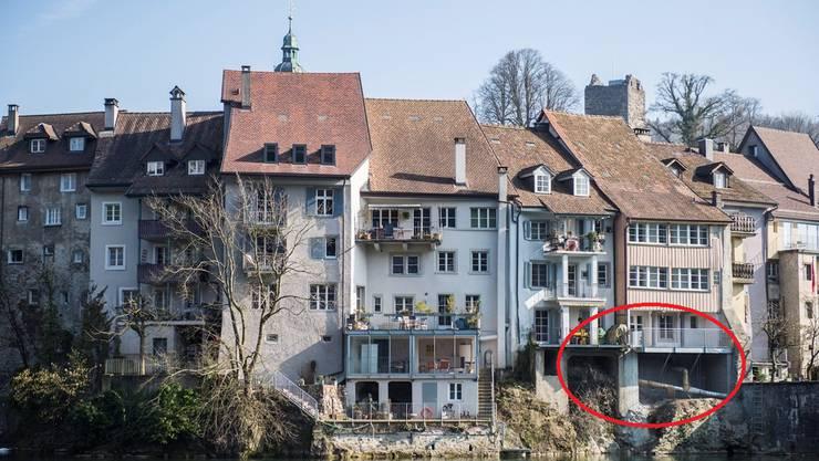 Der neue Balkon am Haus rechts mit Holzverkleidung wurde notfallmässig stabilisiert.