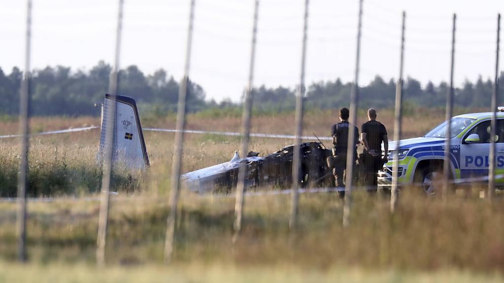 Beim Absturz eines Kleinflugzeugs auf dem Flughafen Örebro sind in Schweden mehrere Menschen ums Leben gekommen.