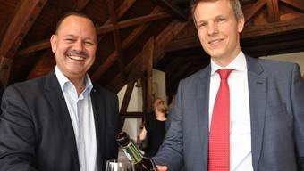 Simon Hofmann ist neuer Statthalter. Er stösst mitGérald Künzle, Präsident der FDP des Bezirks Dietikon, an.