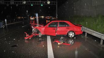 Eine 19-jährige Autofahrerin kollidierte am Samstagabend mit zwei Leitplanken.