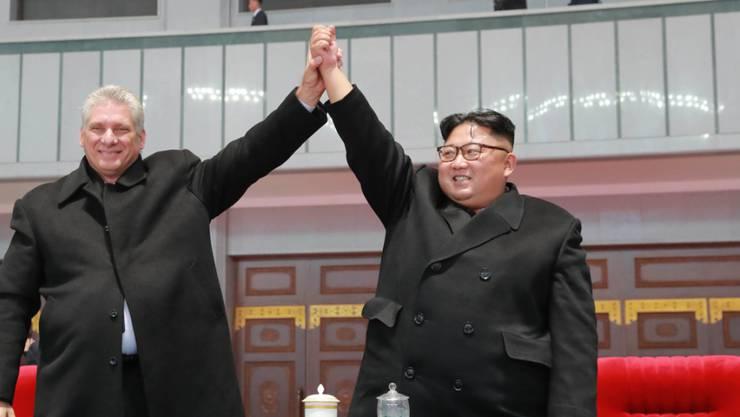 Anders als Kim Jong Un (rechts) sind sein Grossvater Kim Il Sung als Staatsgründer sowie sein Vater und Amtsvorgänger Kim Jong Il in jedem nordkoreanischen Haus allgegenwärtig. Beim Besuch des kubanischen Präsidenten Miguel Diaz-Canel (links) liess sich Un erstmals gross öffentlich porträtieren.
