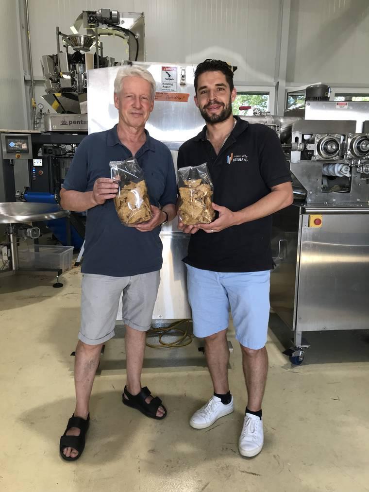 Ernst (66) und Christian Lütolf (35) stellen mit den Ribel-Mais-Chips erstmals Fertigprodukte her. (Bild: pd)