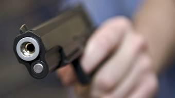 Der junge Räuber bedrohte die Verkäuferin mit einer Pistole (Symbolbild)