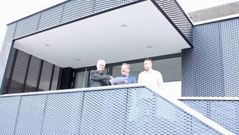 Architekt Stefan Moor (links) und Bauleiter Philipp Weber Hediger Architekten mit Gemeindeammann Dölf Egli.