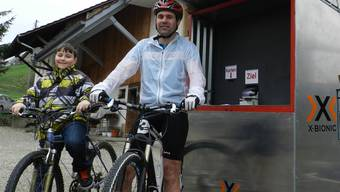 TV-Präsident Hansjörg Kim in Begleitung des Jung-Bikers Yann Studer bei der Ziel-Station im Oberdorf in Oberhof. zvg