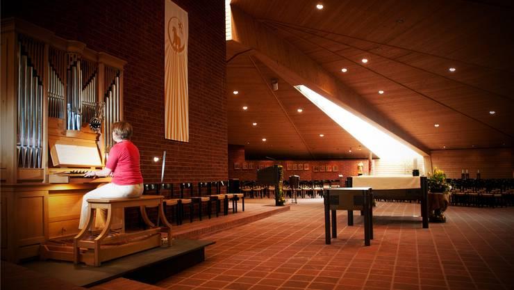 Organistin Franziska Huser spielt auf der Orgel. Die neue kommt an den gleichen Ort, neben den Altar (rechts), zu stehen. annika bütschi