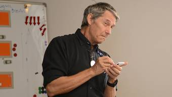 Detektiv Erich Wunderli zeigt seinen Schülern, wie man nicht beobachten sollte.