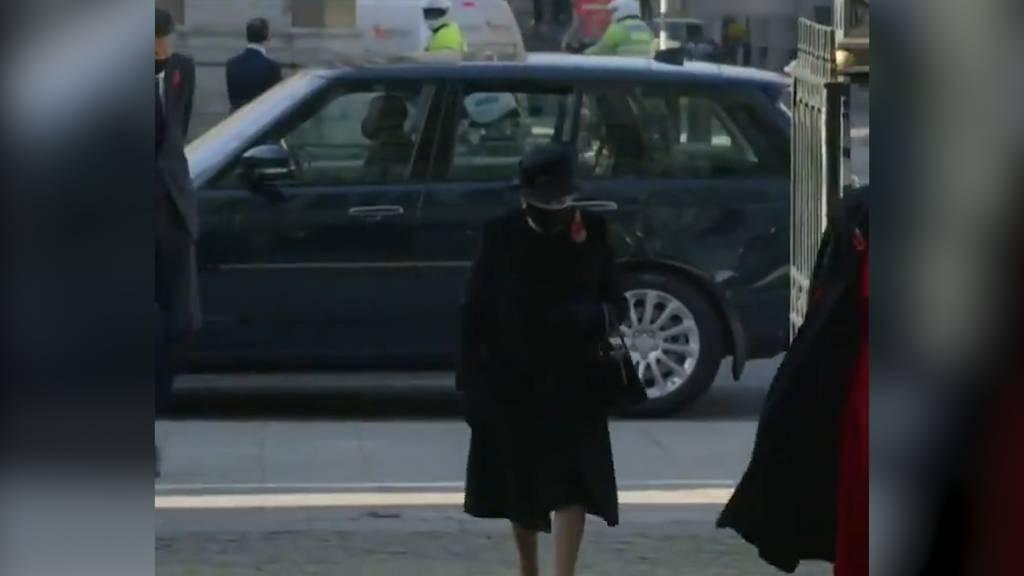 Die Queen zeigt sich erstmals mit Corona-Maske