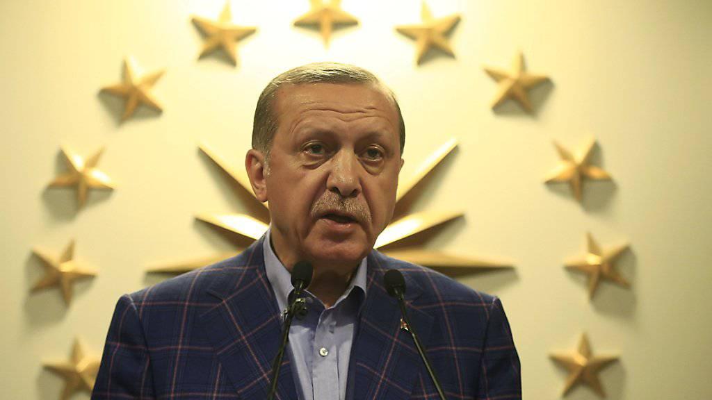 Ohne Manipulationen während der Abstimmung über das Referendum zum Präsidialsystem am vergangenen Sonntag hätte er seine knappe Mehrheit möglicherweise gar nicht erzielt: der türkische Präsident Recep Tayyip Erdogan. (Aufnahme vom Abstimmungstag am 16. April)