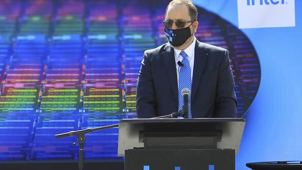 Intel-Manager  Keyvan Esfarjani kündigt die Pläne an, in New Mexico eine neue Chip-Technologie herzustellen.
