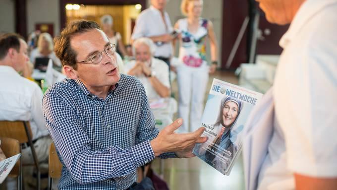 Roger Köppel mit einer «Weltwoche»-Ausgabe (Archivbild 2015).